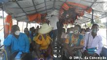 Mosambik Inhambane | Maskentragende Passagiere in einem Kleinbus