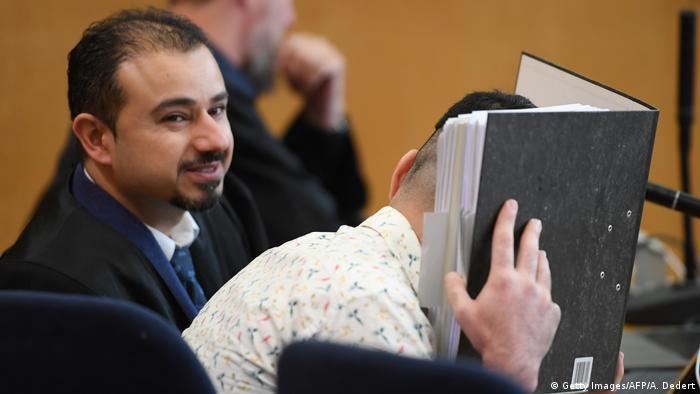 سركان ألكان، المحامي المشهور في الأوساط السلفية بالدفاع عن المتهمين من مقاتلي داعش أمام القضاء الألماني، مع موكله طه أ.