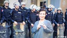 Jovana Gligorijević vor dem Sitz des serbischen Präsidenten
