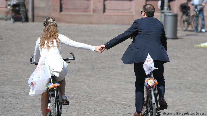 В ЗАГС на велосипедах.