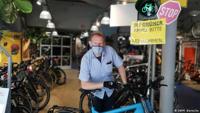 Christoph Hopp poses behind a bike at his shop in Cologne (DW/M. Benecke)