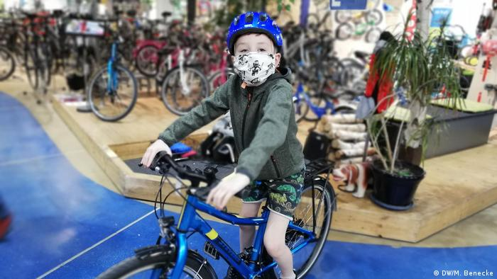 Seven-year-old Mats sits on a bike in a shop (DW/M. Benecke)
