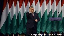 Ungarn Budapest | Viktor Orban Winkt Parteimitgliedern und Sympathisanten nach Ansprache zu