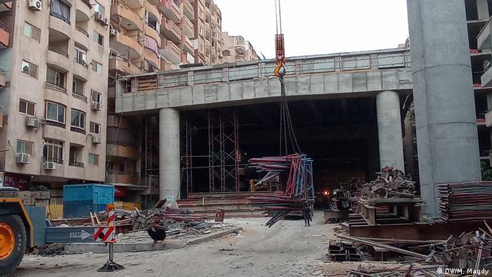 جسر قيد الإنشاء يظهر ملاصقا للمباني بطريقة غريبة في منطقة قريبة من منطقة الأهرامات الأثرية
