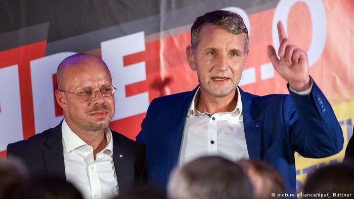 Brüder im Geiste: Kalbitz und der Flügel-Frontmann Björn Höcke (Foto: picture-alliance/dpa/J. Büttner)