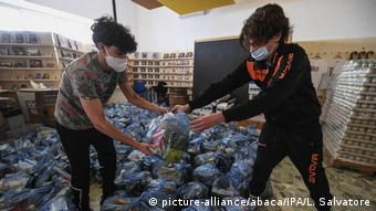 Волонтеры в Неаполе собирают продуктовые пакеты для бездомных