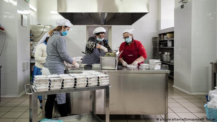Un equipo de Caritas prepara paquetes de comida para indigentes en Caserta, en el sur de Italia.