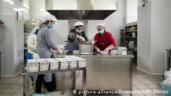 إيطاليون يعدون وجبات طعام للفقراء والمحتاجين