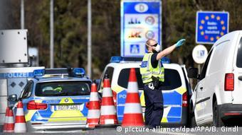 Foto de policía en control fronterizo