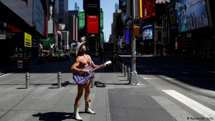 Times Square u New Yorku je uglavnom sablasno prazan tokom pandemije, ali on je i dalje tu - Goli kauboj sa gitarom, živa atrakcija Manhattana. Robert John Burck, ulični muzičar, ovdje svira od 1998. godine.