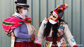 Foto de personas con mascarillas en Perú