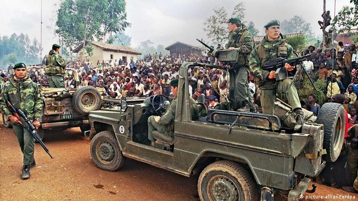 Des soldats francais traversant le camp de réfugiés de Butare en juillet 1994