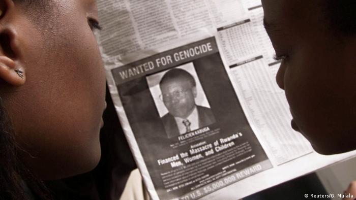 Leitores observam jornal com foto de Félicien Kabuga, procurado por genocídio