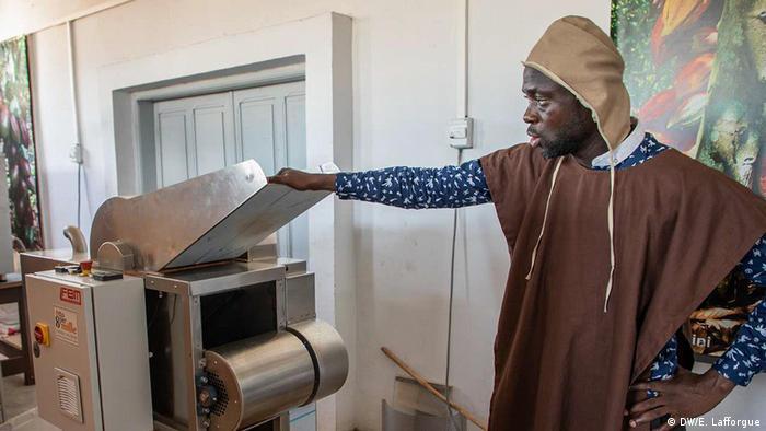 Homem trabalha numa fábrica de cacau na Costa do Marfim