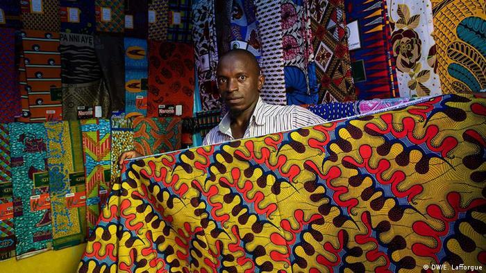 Mulher segura tecido de cera tradicional da Costa do Marfim