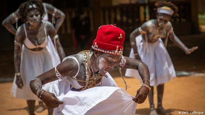 Raparigas dançam com o rosto revestido de caulino em Aniansué