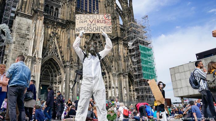 Varios miles de personas, sobre todo pertenecientes a la extrema derecha y a la izquierda radical, se manifestaron el sábado en varias ciudades de Alemania, como Stuttgart, Fráncfort del Meno y Múnich, contra las restricciones impuestas por la pandemia de coronavirus, un movimiento que preocupa a las autoridades alemanas. (16.05.2020)
