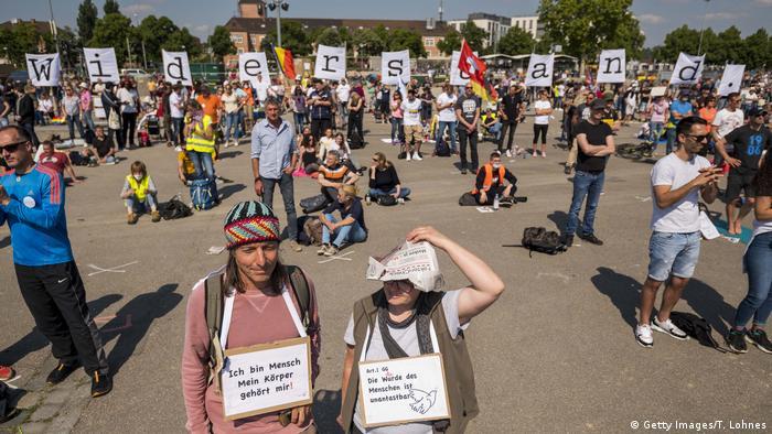 Berlin, Stuttgart, Köln gibi büyük kentler korona tedbirlerini protesto için düzenlenen gösterilere sahne oluyor