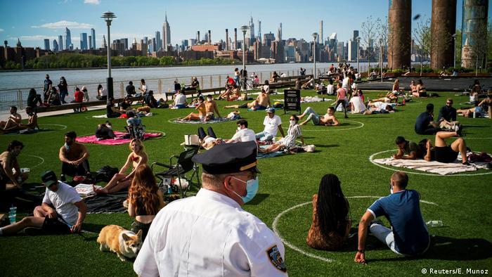 BdTD New York Corona-Beschränkungen gelockert | Social Distancing im Park (Reuters/E. Munoz)
