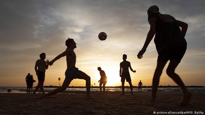 BdTD Israel Corona-Beschränkungen gelockert   Fußball am Strand (picture-alliance/dpa/AP/O. Balilty)