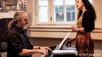 Jiddisches Sommer-Festival in Weimar | Alan Bern sitzt am Klavier, Sveta Kundish singt stehend
