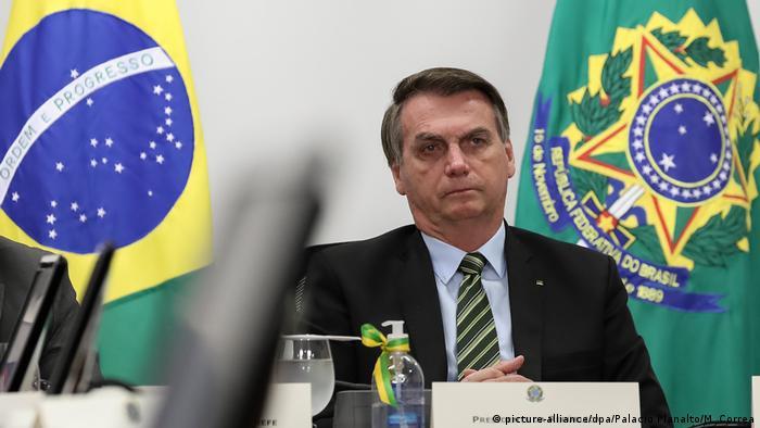 Болсонаро отказва да следва препоръките на здравните власти