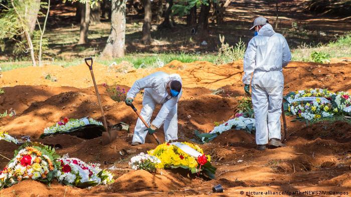 Coveiros abrem cova em cemitério em São Paulo