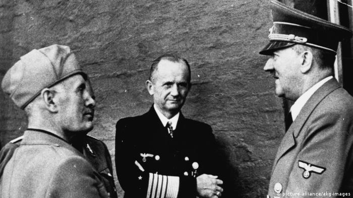 Karl Dönitz (center), with Hitler (right) and Mussolini (picture-alliance/akg-images)