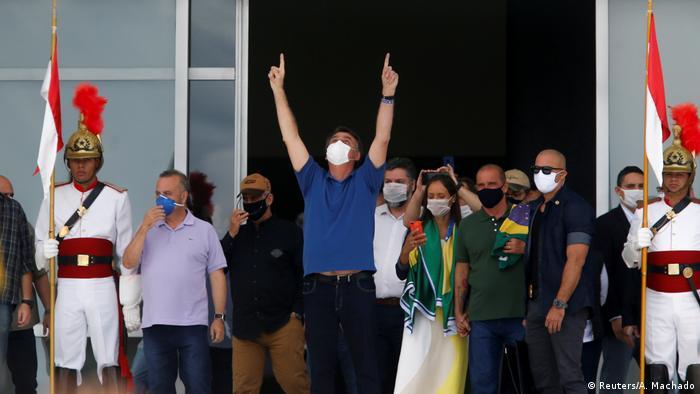 O presidente Jair Bolsonaro ao lado de ministros