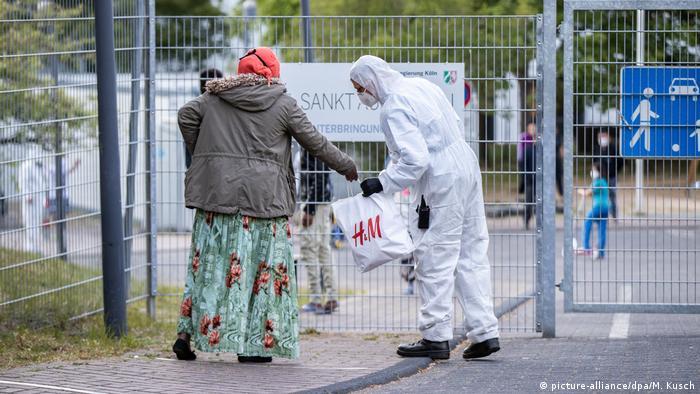El riesgo de contraer la COVID-19 en uno de los centros de acogida de refugiados en Alemania es igual o superior al que se está expuesto en un crucero, según estudio de una universidad que alerta sobre las consecuencias de la alta densidad de población de estos alojamientos. (19.05.2020).