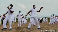 BdTD Coronavirus | Kenia Nairobi Krankenpfleger tanzen während eines Zumba-Kurses