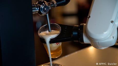 BdTD Spanien Sevilla Bar La Gitana Loca | Roboter zapft Bier in Corona-Krise (AFP/C. Quicler)