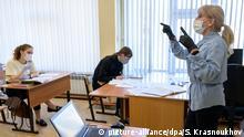 Russland Coronavirus Yuzhno-Sakhalinsk Schule Unterricht