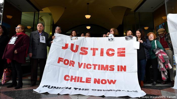 Un juez australiano denegó este lunes una nueva petición de libertad provisional por motivos de salud a Adriana Rivas, una exagente del dictador Augusto Pinochet que afrontará un juicio de extradición a Chile. Ahora Rivas deberá esperar detenida el inicio del juicio de extradición a Chile que está previsto para el 16 y 17 del próximo mes. (18.05.2020).