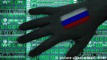 Schwarze Hand mit Russland-Fahne über Computerplatinen, Symbolfoto Cyberattacken