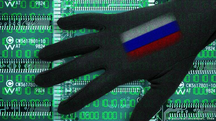 Foto simbólica com mão sobre placa de computador