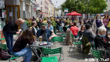 Der Yppenplatz in Wien mit vielen Gästen in Strassencafés