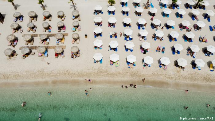 parasols on the beach of Glyfada near Athens, Greece (picture-alliance/ANE)