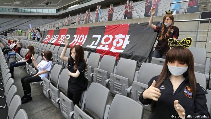Muñecas inflables como público en un estadio de fútbol en Corea del Sur.
