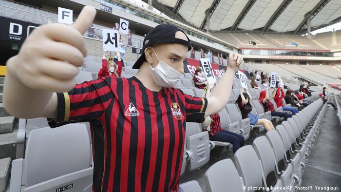 Muñecos y muñecas en el estadio mundial de Seúl. (17.05.2020).