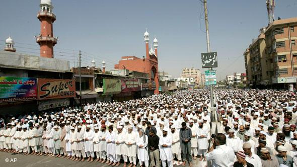 Sunni Muslims offer prayers in Lahore, Pakistan. (Photo: AP Photo/Shakil Adil)