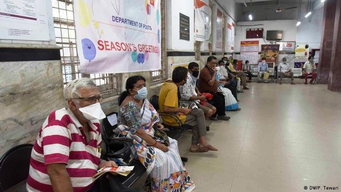 Pessoas de máscara em Calcutá