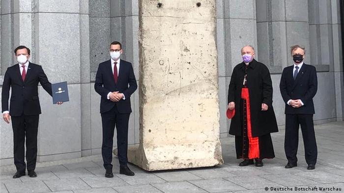 Polen Warschau Übergabe Fragment der Berliner Mauer ans Museum von Johannes Paul II. und Primas Wyszyński