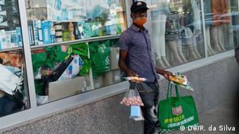 Un marchand ambulant à Maputo au Mozambique (Archives - Maputo, mai 2020)