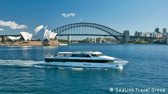 Ausflugsschiff vor dem Opernahsu von Sydney, Australien