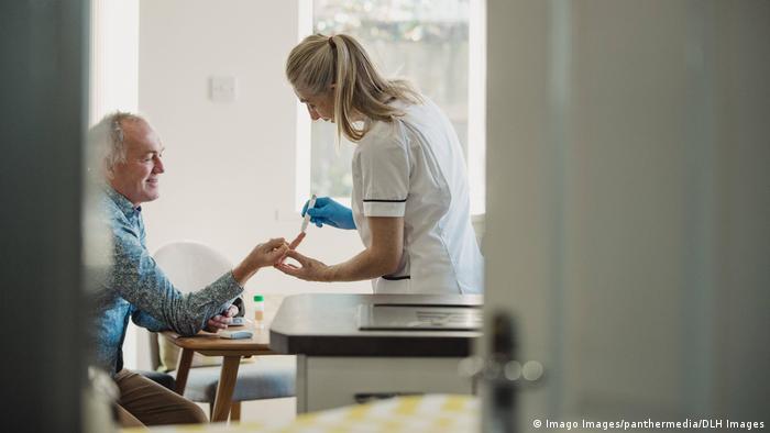 Пациенту ихмеряют уровень сахара в крови