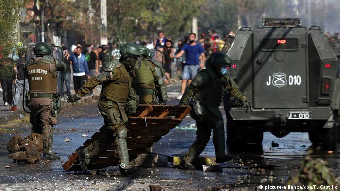 Protestas callejeras en medio de la cuarentena el 18 de mayo en El Bosque, en Santiago de Chile.