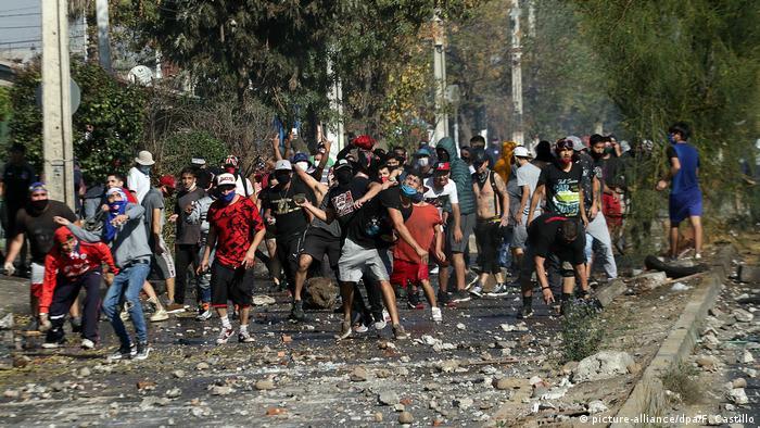Chile | Coronavirus | Unruhen in El Bosque, in Santiago de Chile (picture-alliance/dpa/F. Castillo)