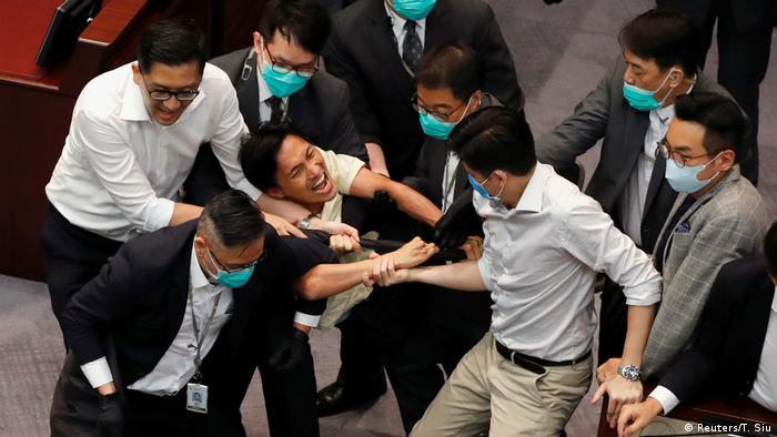 Hongkong Legislativrat Prügelei Sicherheitskräfte (Reuters/T. Siu)