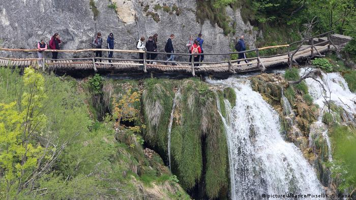 waterfall and tourists, Plitvice lakes, Croatia (picture-alliance/Pixsell/K. S. Fabac)